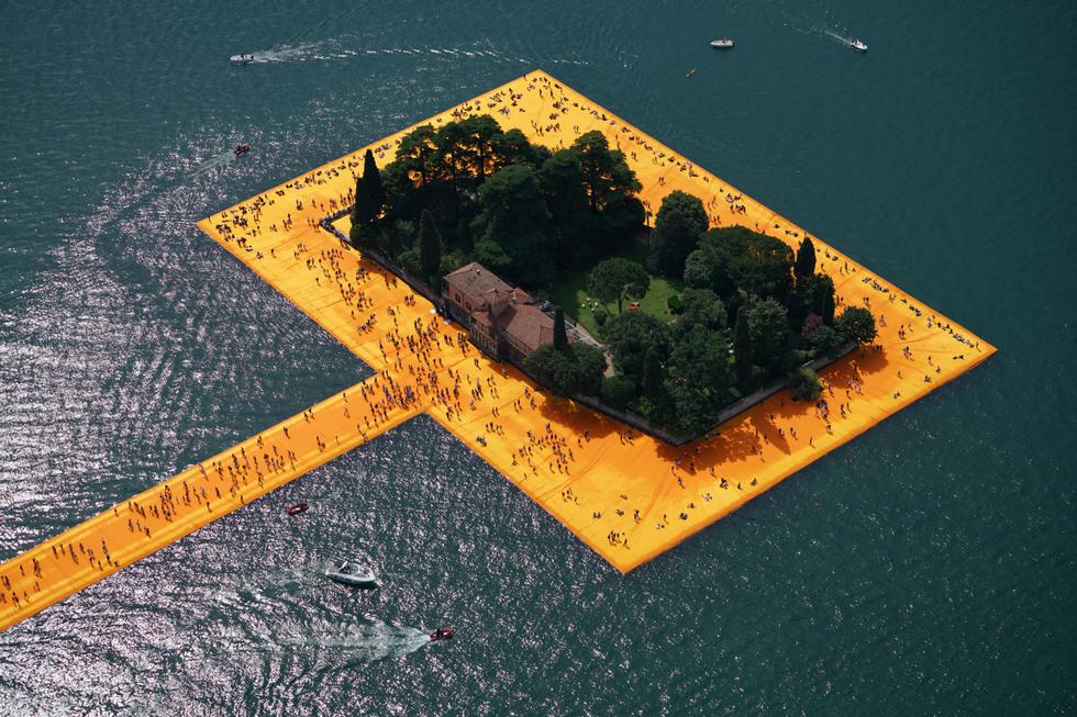 Pływający pomost na jeziorze Iseo