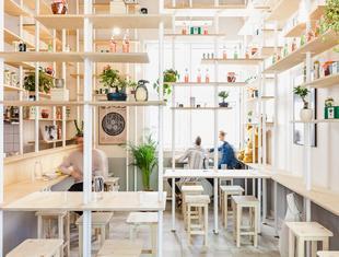 Japoński minimalizm w centrum Warszawy: Vegan Ramen Shop projektu MFRMGR